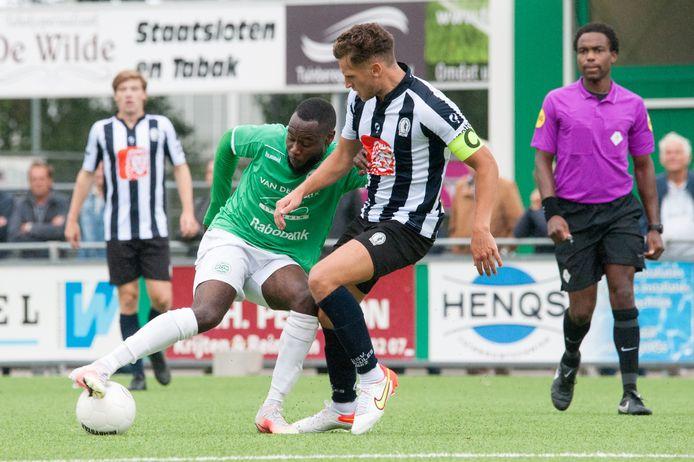 Captain Niek Hoogveld (rechts) duelleert met Westlandia-speler Jedsel Markes.