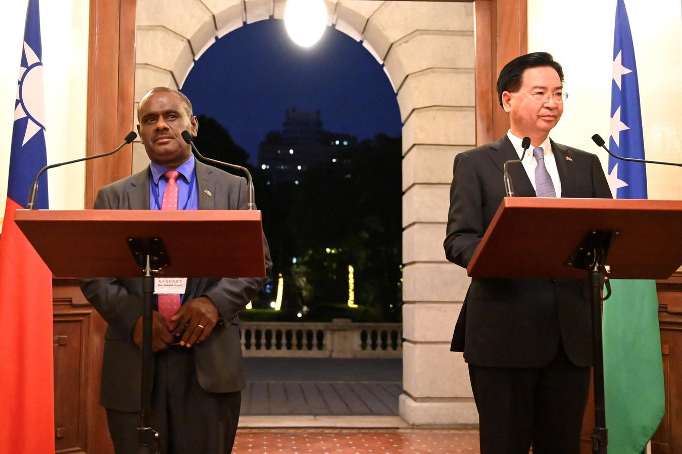 Le ministre des Affaires étrangères des Iles Salomon, Jeremiah Manele, et Joseph Wu, ministre taïwanais des Affaires étrangères, lors d'une conférence de presse.