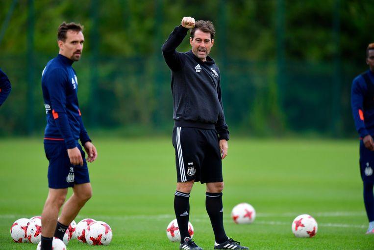 René Weiler geeft aanwijzingen tijdens de training van Anderlecht. Sven Kums kijkt toe. Beeld Photo News
