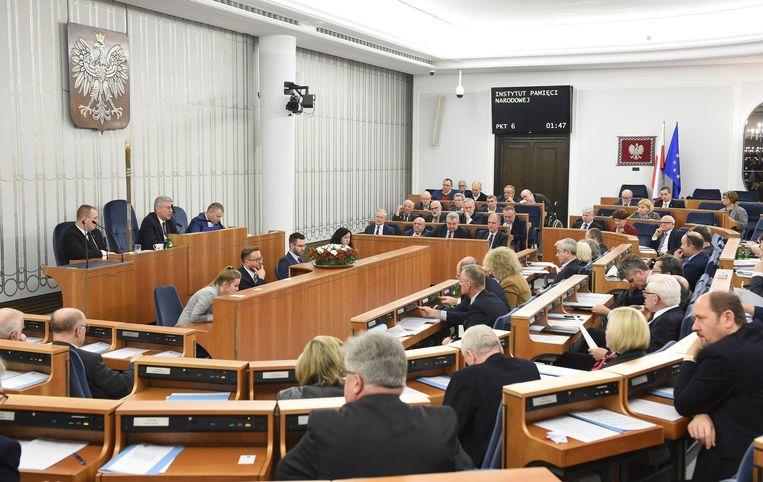 """De Poolse senaat stemde deze nacht voor de wet. Israël beschuldigt Warschau ervan dat het """"de geschiedenis wil herschrijven en de Holocaust wil ontkennen"""". Ook de Verenigde Staten uitten al hun """"ongerustheid"""" over de gevolgen van de wet over de 'Poolse vernietigingskampen'."""