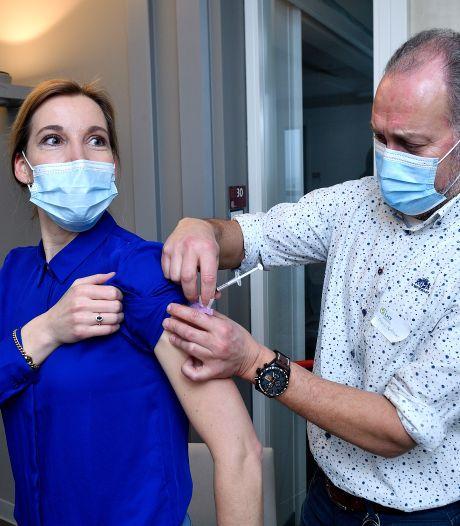 Honderden huisartsen ontbloten arm voor vaccinatie: 'Heel belangrijk, voor ons én voor onze patiënten'