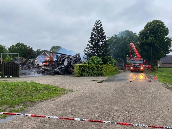 De loods op donderdagochtend, verwoest door de brand.