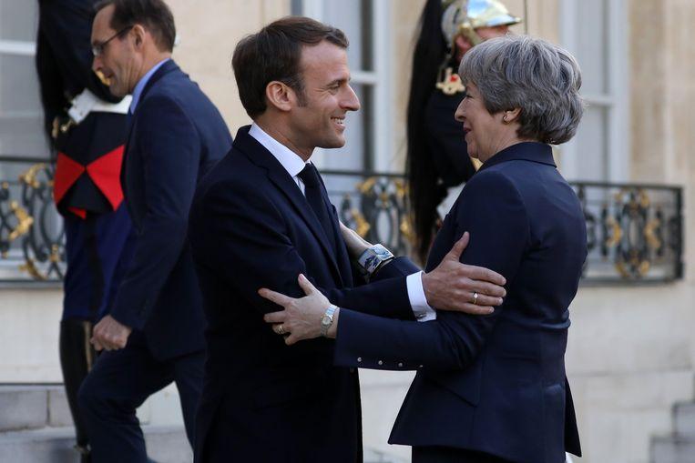 Macron met de Britse premier Theresa May. Beeld Photo News