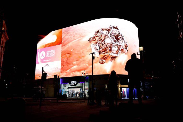 Beelden over de landing waren live te zien in Londen. Beeld AFP