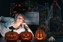 """Gaby Bakker kwam met het idee om halloweenhuizen aan de optocht toe te voegen. Het aantal deelnemers in Heteren ging alle verwachtingen te boven. ,,En volgend jaar doen er nog meer mensen mee."""""""