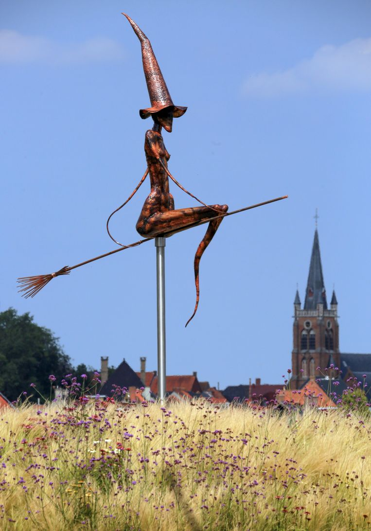 Het Heksenmonument 'Vliegen naar vrijheid'.