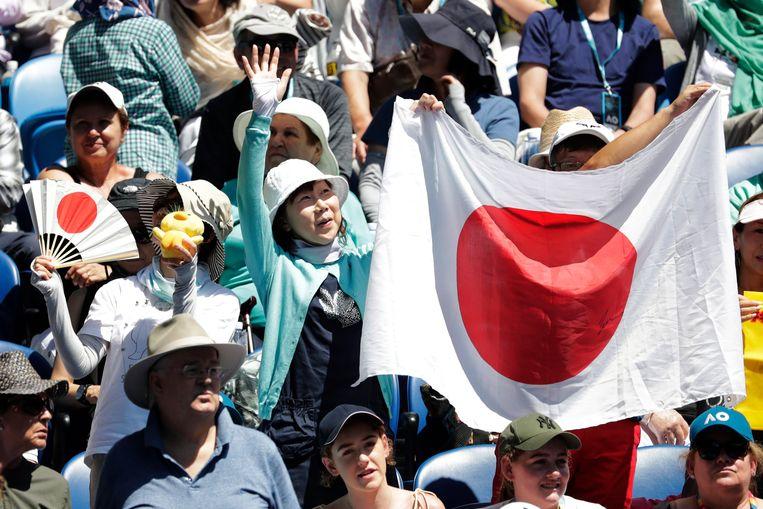 Japanse fans in de tribunes voor Osaka tijdens haar makkelijk gewonnen kwartfinale tegen Svitolina.