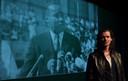 Professor Maurice de Greef uit Vught zingt als Moryz het lied 'Hope' in op het podium van Theater Markant in Uden.
