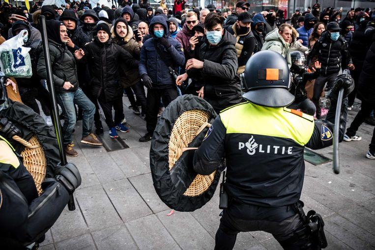 De politie verwijdert demonstranten van het 18 Septemberplein in Eindhoven. Hier hadden zich vele honderden mensen verzameld uit protest tegen het coronabeleid.  Beeld ANP