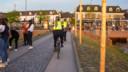 Koppels politieagenten rijden de hele vrijdagavond het Strandeiland op en af om te voorkomen dat te veel mensen zich daar verzamelen.
