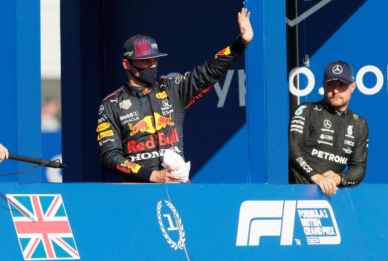 Max Verstappen zwaait naar de fans na het winnen van de sprintrace op Silverstone.