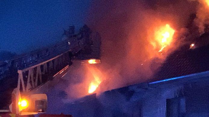 Bij aankomst van de brandweer sloegen de vlammen al uit het dak.