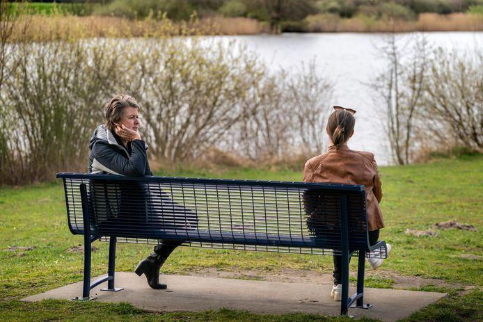 Jacqueline Vermeulen van Humanitas praat met eenzame cliënt.