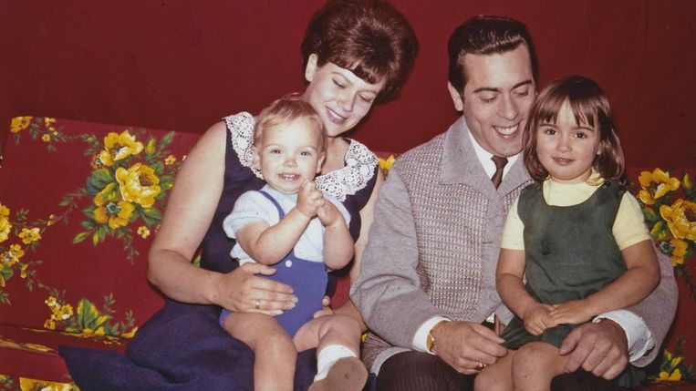 In het gezin Timmerman léék alles koek en ei. Dochter Sandra (rechts, nu 57 jaar): 'Mijn vader was een narcist en kende geen empathie.' Beeld NPO