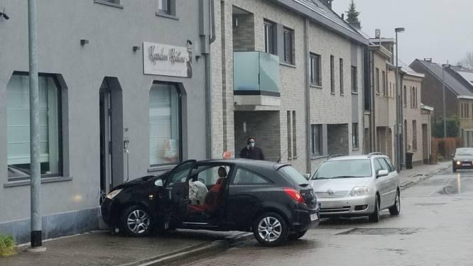 Bestuurster rijdt rechtdoor op T-kruispunt en ramt kapsalon Kristine