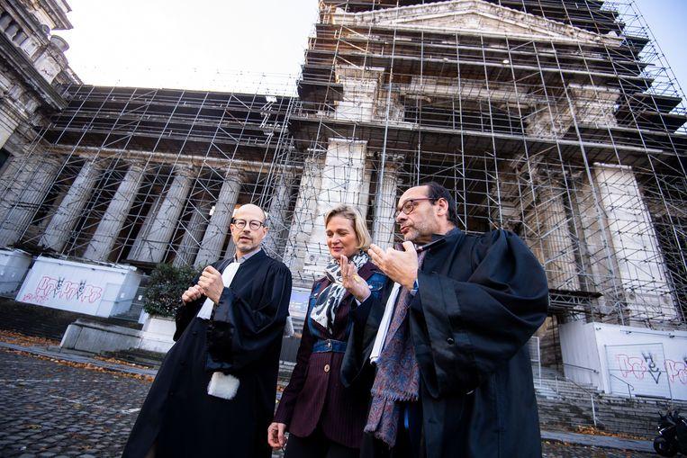 Advocaten Yves-Henri Leleu (l) en Marc Uyttendaele (r) met Delphine Boël (c). Beeld BELGA