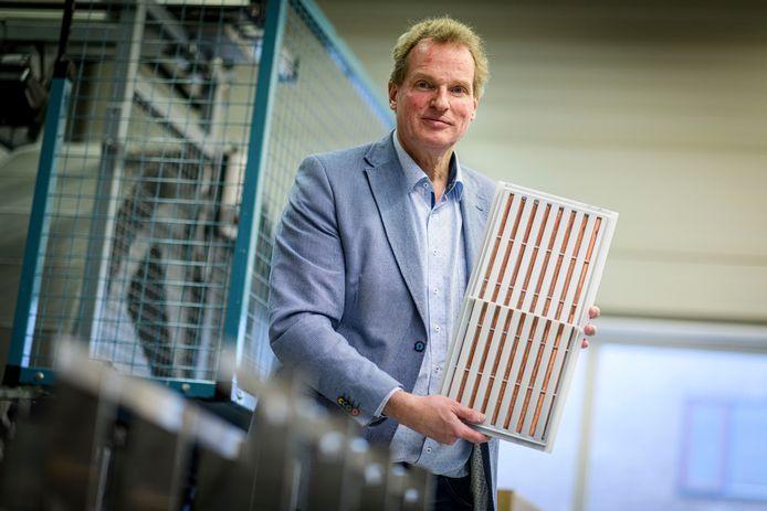 Roelof Hadders, directeur van Lught, toont een lucht/lucht warmtewisselaar.
