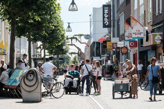 Gezelligheid in de Hamburgerstraat. Het centrum van Doetinchem trekt minder bekijks. Een supermarkt zou daar verandering in kunnen brengen.