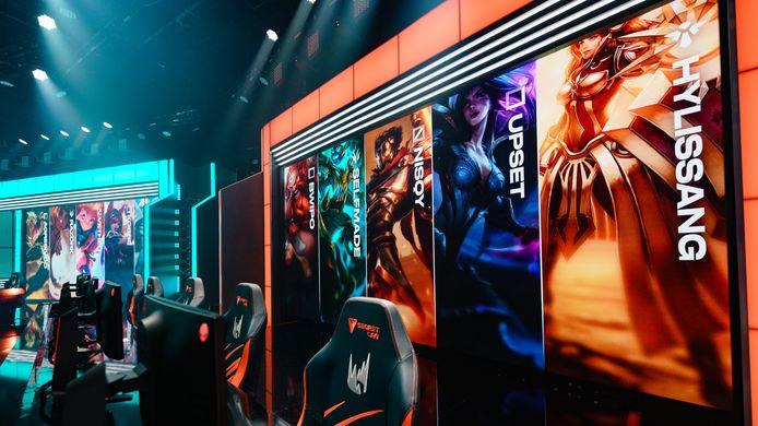 De LEC ging afgelopen weekend weer van start, maar de spelers speelden omwille van de coronacrisis vanuit huis. De stoelen in de studio bleven dus leeg.
