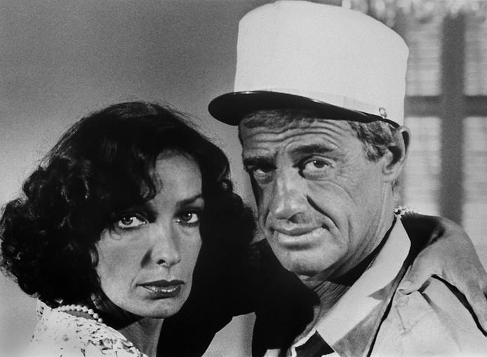 """Marie Laforêt et Jean-Paul Belmondo dans """"Les Morfalous"""", d'Henri Verneuil."""