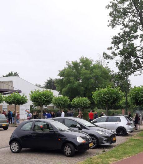 Uren wachten in rij bij Oisterwijkse teststraat om vanavond te kunnen stappen in Tilburg