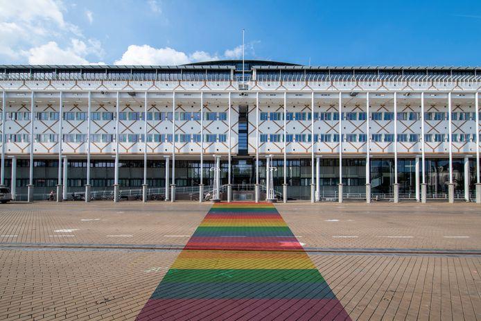 Het gemeentehuis van Apeldoorn met de regenboogkleuren ter illustratie.