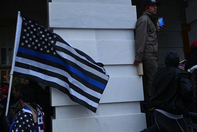 Deze vlag wordt gebruikt door Amerikanen die willen laten zien dat zij de politie steunen. Beeld AFP