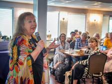 Zingen en lachen met Wieteke van Dort bij ontmoetingsmiddag in Rozenoord