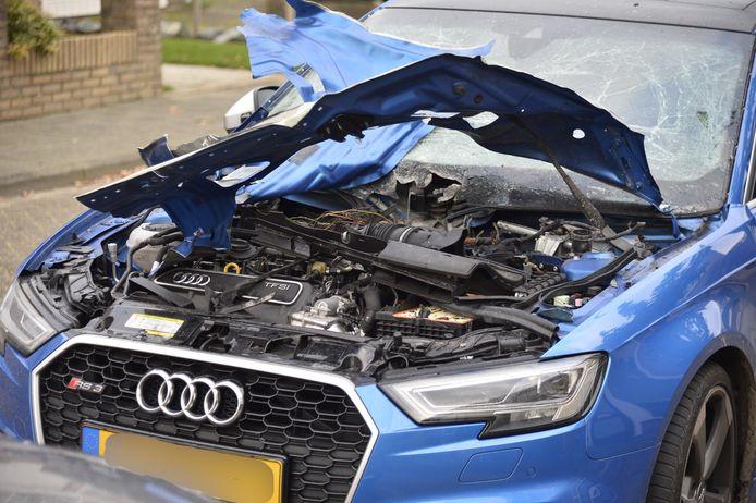 De politie zoekt de daders die deze dure Audi in Prinsenbeek met vuurwerk hebben vernield.