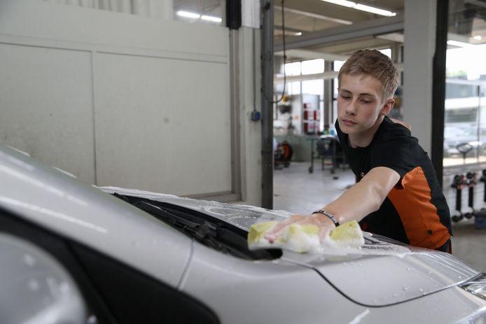 Jack Theuws (16) uit Bladel wast al bijna twee weken auto's voor een bedrag van 20 euro. Dat geld gaat allemaal naar de Stichting No Guts No Glory.