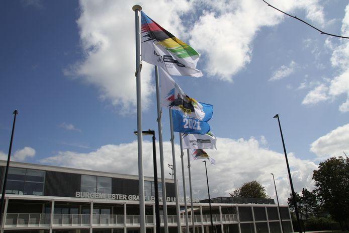 De gemeente toont het goede voorbeeld en hangt de vlaggen uit.