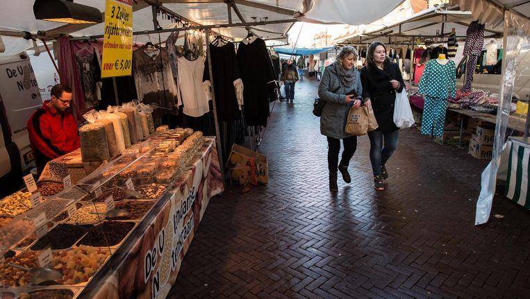 Drie dagen per week is de markt in het middengedeelte van de Van der Pekstraat Beeld Mats van Soolingen