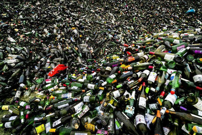 Lege flessen bij glasrecyclingbedrijf Maltha dat enorme hoeveelheden glas verwerkt.