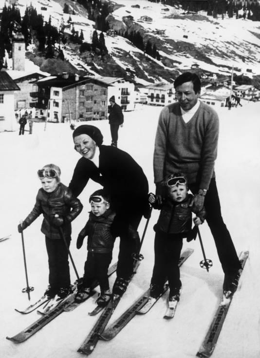 Tijdens een skivakantie met Beatrix, Claus, Willem-Alexander, Constantijn en helemaal rechts Johan Friso. Exacte jaartal is onbekend.
