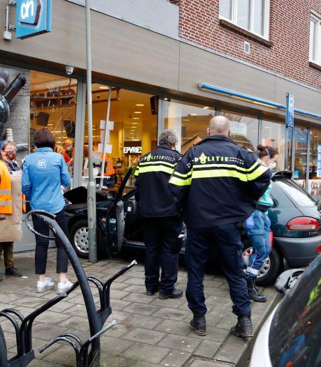 Vrouw (85) botst met auto tegen gevel Albert Heijn, flinke schade aan pui