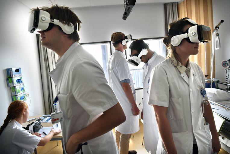 Studenten geneeskunde die net aan hun co-schappen zijn begonnen krijgen les met een VR-bril.  Beeld Marcel van den Bergh / de Volkskrant