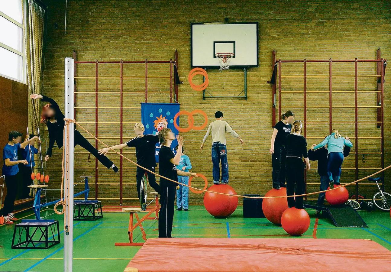 Kinderen van Circusschool Pavarini in actie in hun gymzaaltje aan de Bachlaan in Holtenbroek.