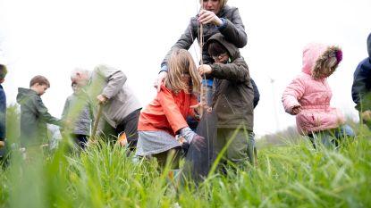 Leerlingen planten nieuw bos aan naast Hof ter Zielbeek