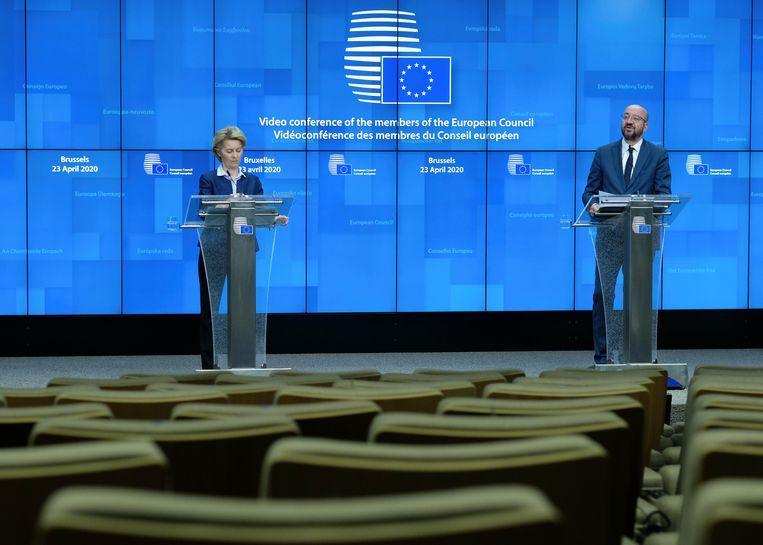 President van de Europese Unie Charles Michel en Commissievoorzitter Ursula von der Leyen leggen op een persconferentie uit waarover de EU-leiders donderdag tijdens een videotop overeenstemming hebben bereikt.  Beeld AP