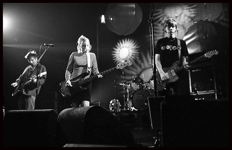 Sonic Youth in 1996 in Gent, met Kim Gordon in het midden. 'Dat mensen me nog altijd associëren met Sonic Youth, voelt helemaal niet als een last.' Beeld Goedefroit Music