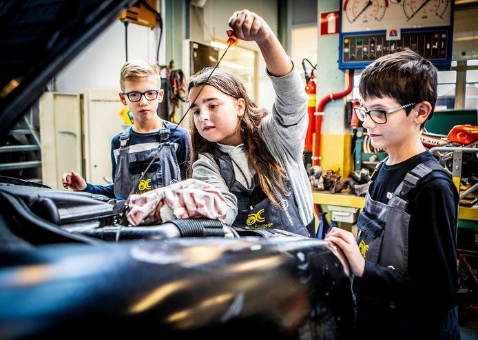 Amy, John en Renzo leren hoe ze het oliepeil moeten controleren.