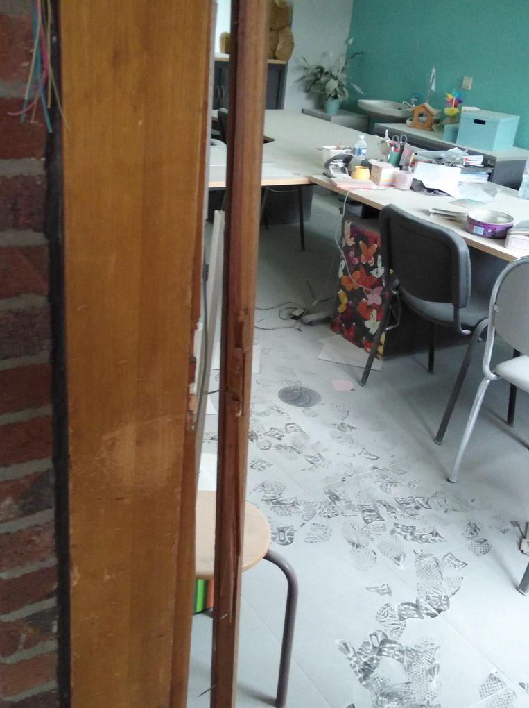 De deur werd vernield en er lag een dikke laag stof in het bureau van directeur Freya Neyt.