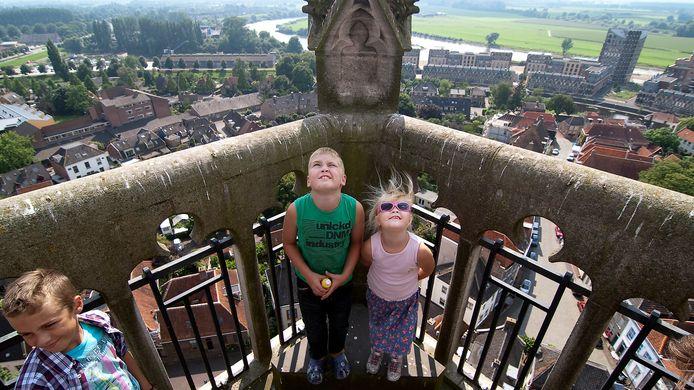 Het uitzicht vanaf de Martinitoren in Doesburg kan de komende jaren aanzienlijk veranderen: de regels voor het plaatsen van zonnepanelen op daken in het oude centrum worden versoepeld.