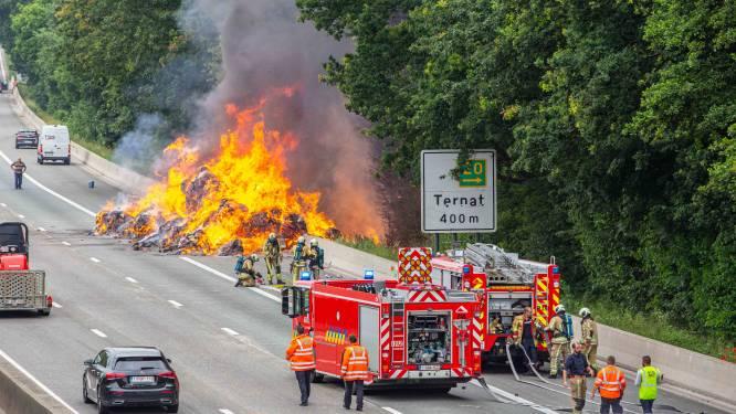Lading vrachtwagen verandert in vuurzee: E40 richting Gent deels afgesloten