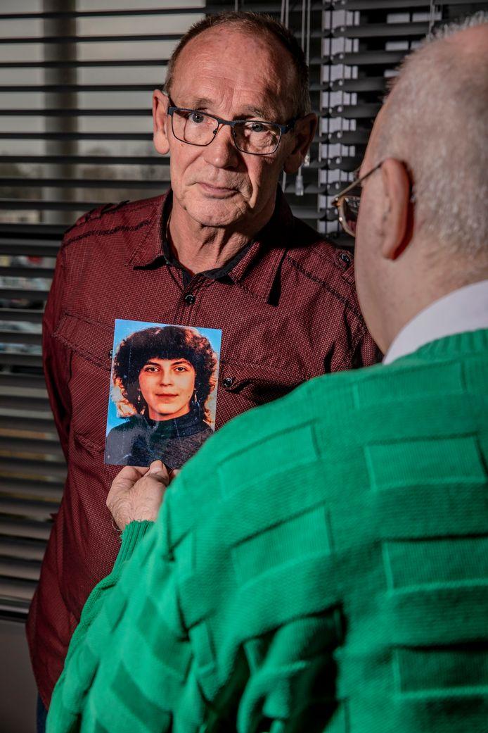 Sandor (onherkenbaar op de foto) en rechercheur Willem  (met rode blouse) van het coldcaseteam.