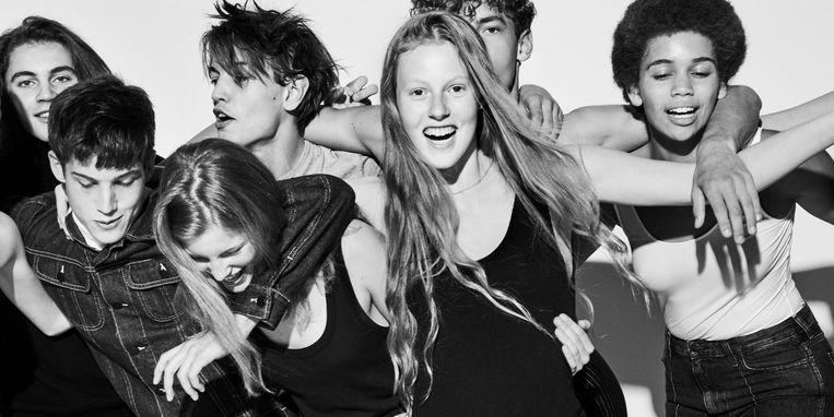 Mick de Lint wilde bekijken wat er gebeurt als je twintig jonge modellen in een studio zet en nauwelijks regisseert Beeld Mick de Lint
