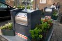 Afvalbakken met bloembakken in de Marconistraat.