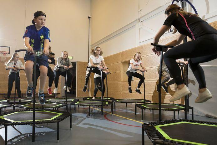 Charmain Wiessenberg (rechts) voor de groep in actie tijdens jumping fitness