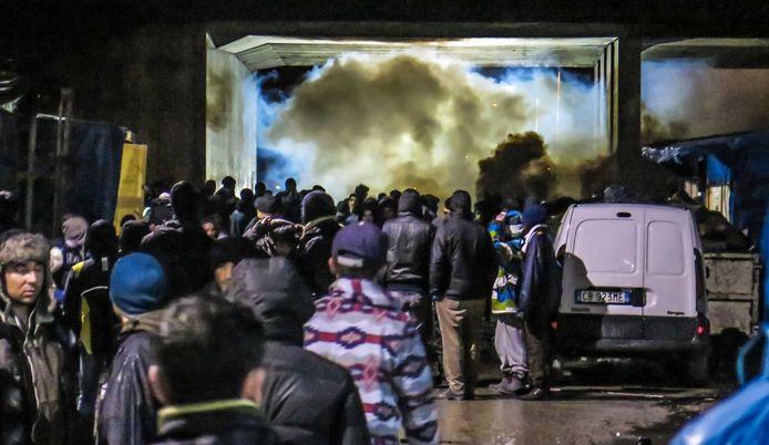Kort voor middernacht en een kwartier na de jaarwende lost de oproerpolitie telkens een salvo traangasgranaten. De weg naar het centrum van Calais wordt op oudejaarsnacht voor de vluchtelingen versperd.