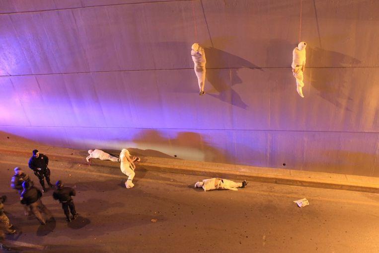 Derde prijs Achtergrond<br /><br />De Mexicaanse politie doet onderzoek in Saltillo, waar de lichamen van vijf mensen zijn gevonden. Twee van hen hangen aan een brug, de anderen liggen op de grond. Het zijn waarschijnlijk slachtoffers in de Mexicaanse drugsoorlog. Beeld Christopher Vanegas